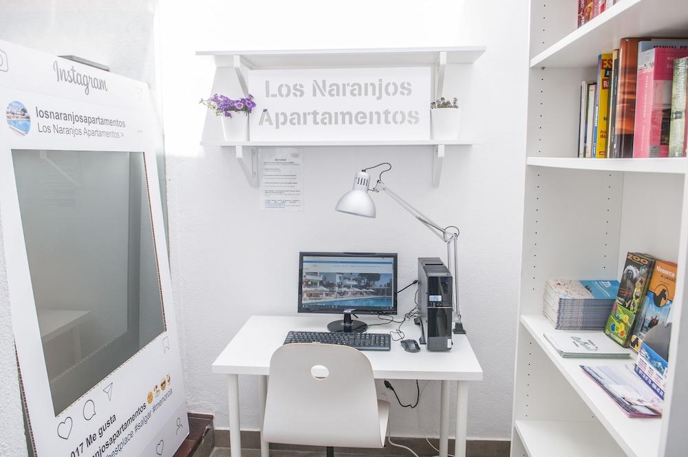 아파르타멘토스 로스 나란호스(Apartamentos Los Naranjos) Hotel Image 37 - Library