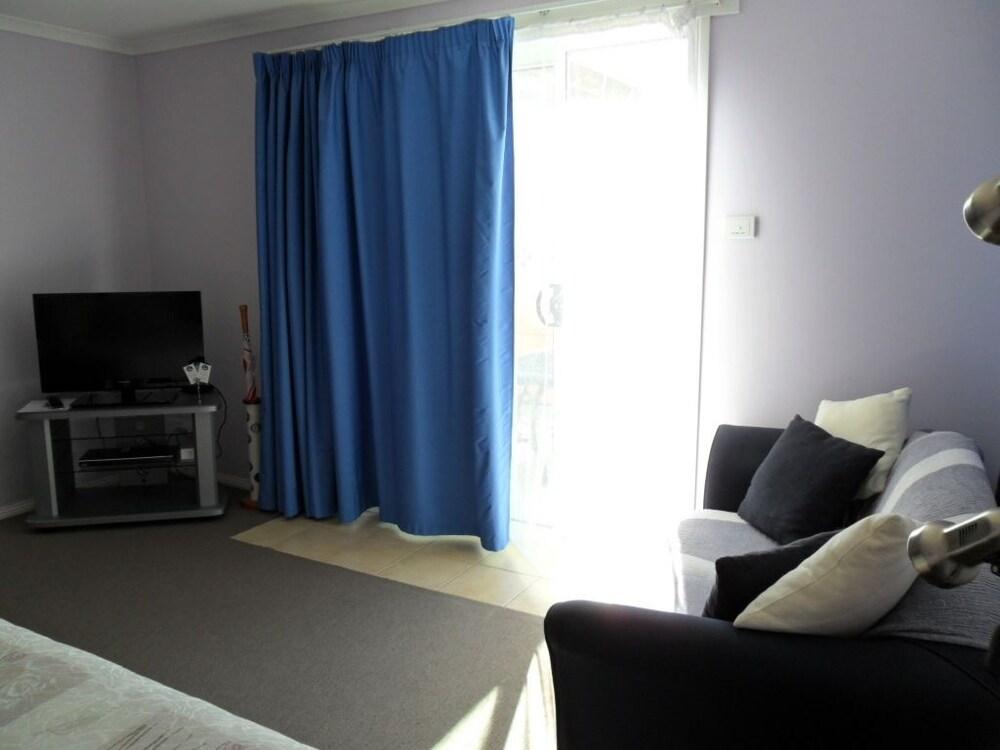 프레이시넷 워터스(Freycinet Waters) Hotel Image 19 - Living Room