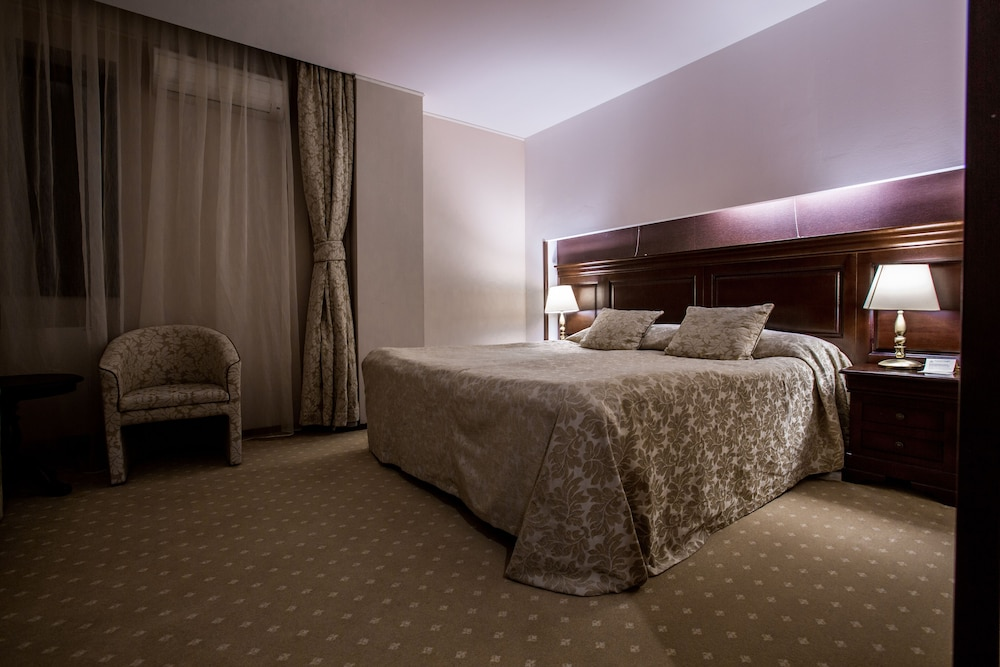 https://i.travelapi.com/hotels/5000000/4380000/4370700/4370658/41f2b5f8_z.jpg