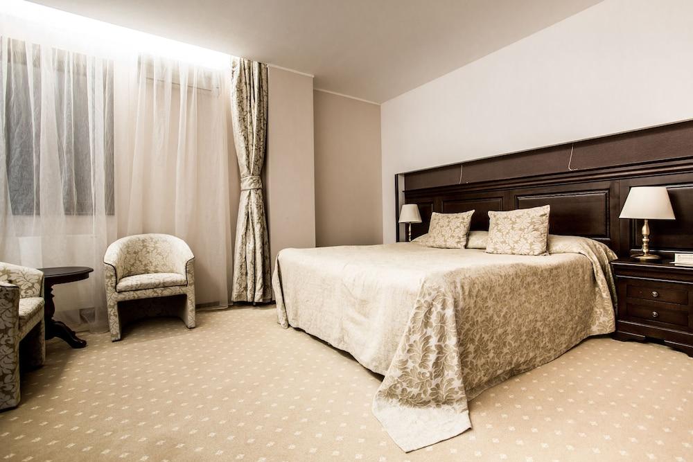 https://i.travelapi.com/hotels/5000000/4380000/4370700/4370658/4f5aae1b_z.jpg