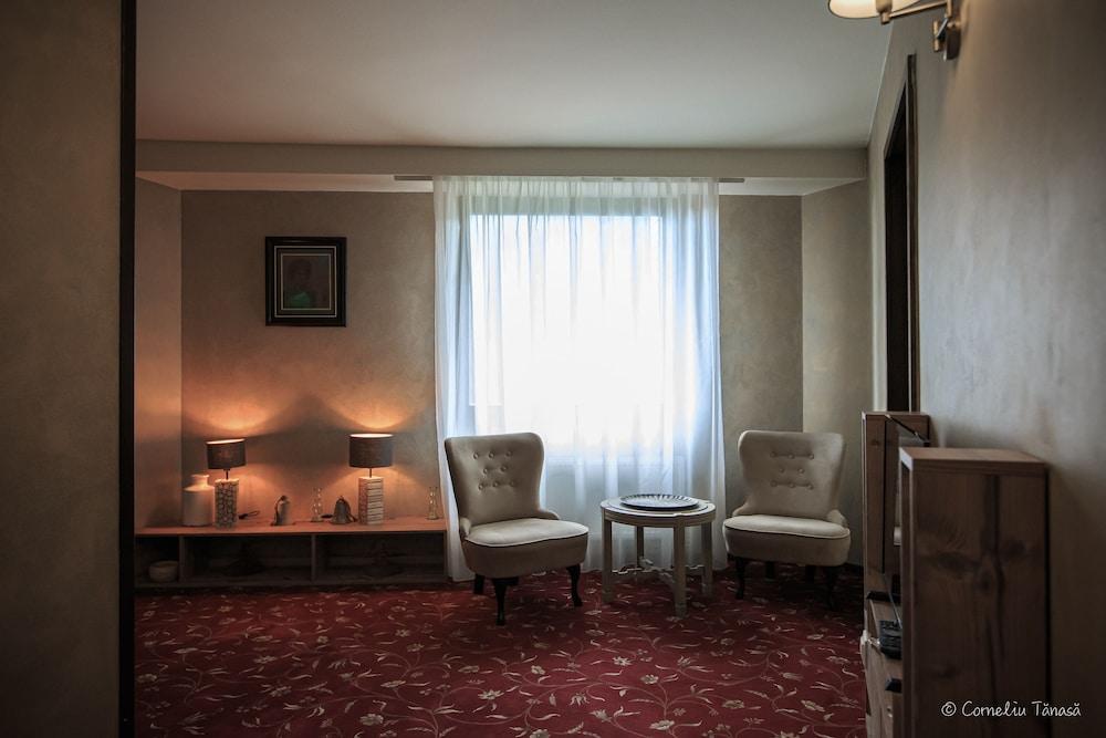https://i.travelapi.com/hotels/5000000/4380000/4370700/4370658/889245d1_z.jpg