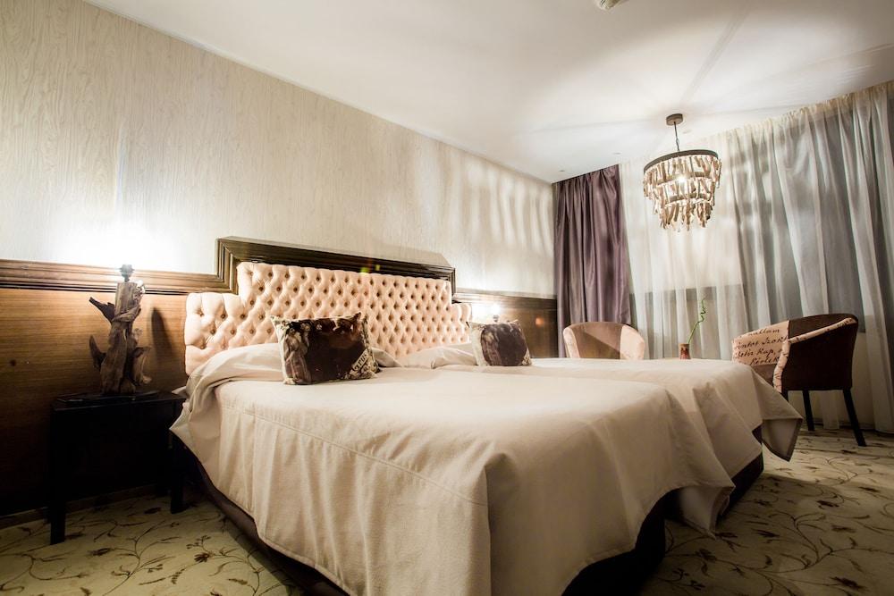 https://i.travelapi.com/hotels/5000000/4380000/4370700/4370658/fc6aad0d_z.jpg
