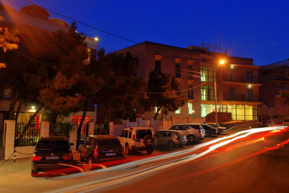 벳시스 호텔(Betsy's Hotel) Hotel Image 40 - Hotel Front - Evening/Night