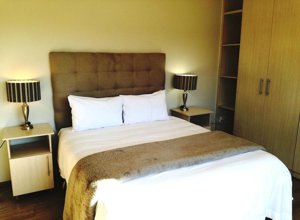 https://i.travelapi.com/hotels/5000000/4380000/4374500/4374458/7c710bef_z.jpg