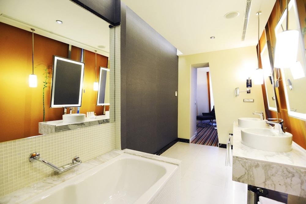래디슨 블루 호텔 바투미(Radisson Blu Hotel Batumi) Hotel Image 35 - Bathroom