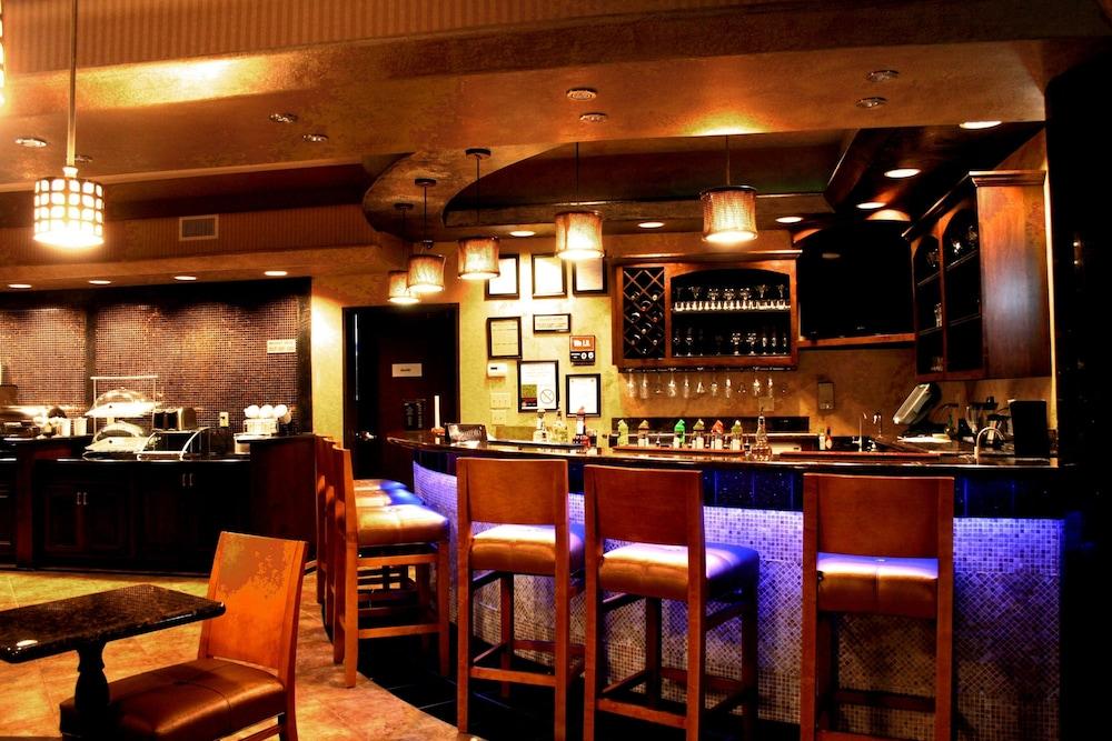베스트 웨스턴 프리미어 KC 스피드웨이 인 & 스위트(Best Western Premier KC Speedway Inn & Suites) Hotel Image 26 - Hotel Lounge