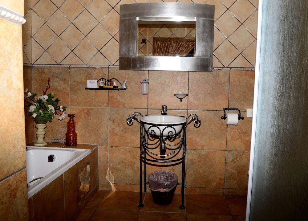 세븐스 스트리트 게스트하우스(7th Street Guesthouse) Hotel Image 40 - Bathroom