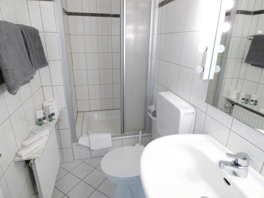 호텔 알트 뷔트겐(Hotel Alt Büttgen) Hotel Image 21 - Bathroom