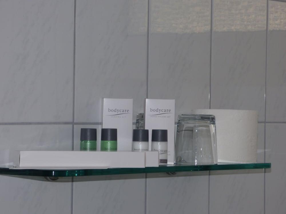 호텔 알트 뷔트겐(Hotel Alt Büttgen) Hotel Image 30 - Bathroom Amenities
