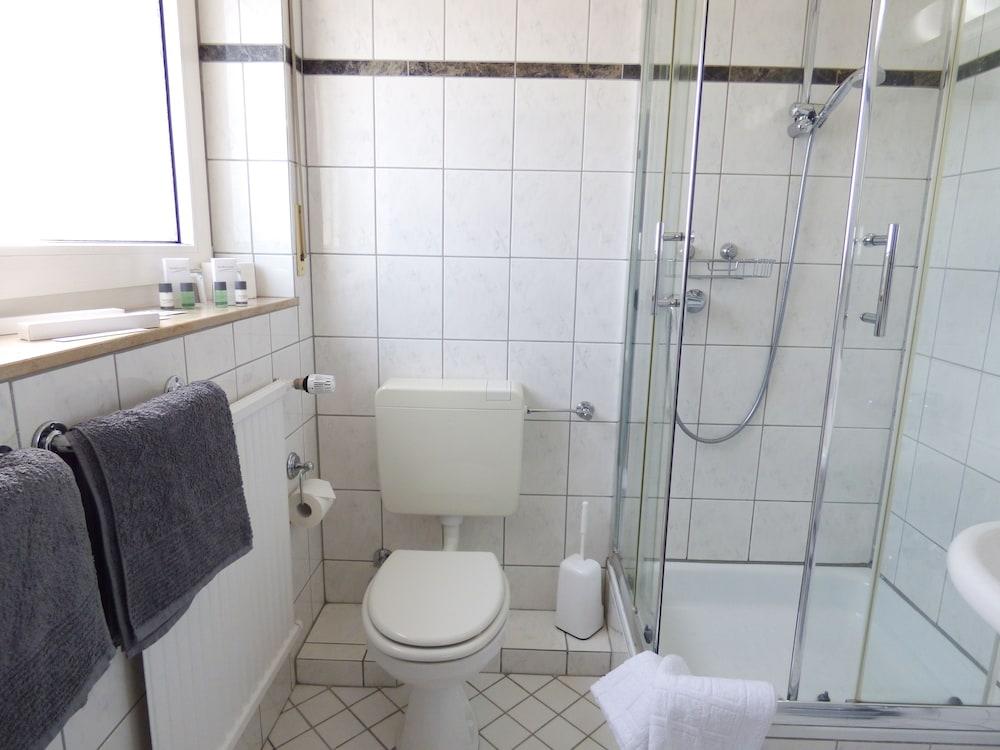 호텔 알트 뷔트겐(Hotel Alt Büttgen) Hotel Image 44 - Bathroom
