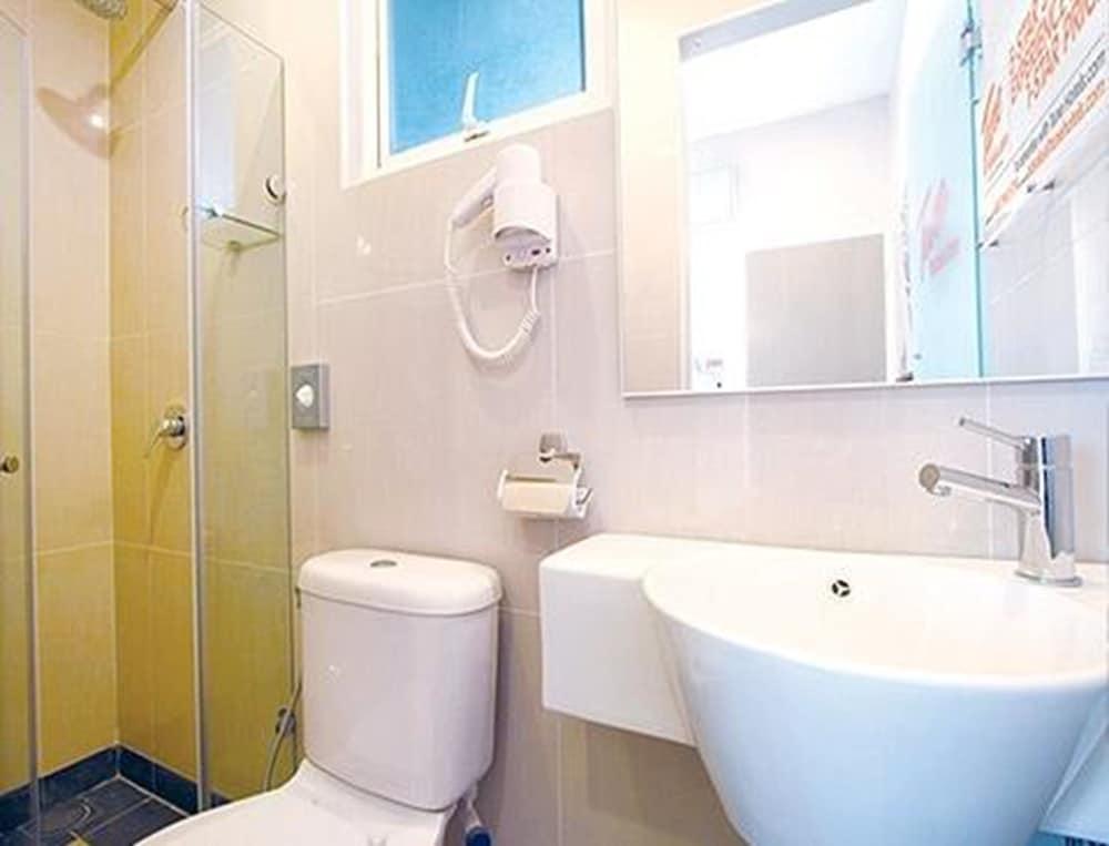 튠 호텔 클리아 에로폴리스  (에어포트 호텔)(Tune Hotel KLIA Aeropolis (Airport Hotel)) Hotel Image 12 - Bathroom