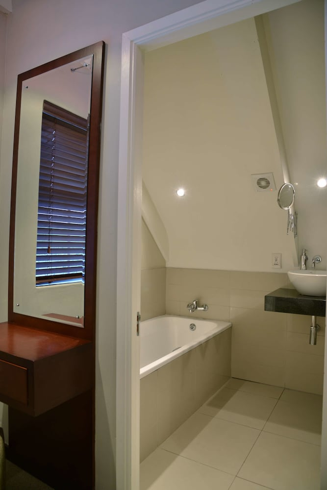 프로테아 호텔 바이 메리어트 케이프타운 더반빌(Protea Hotel by Marriott Cape Town Durbanville) Hotel Image 33 - Bathroom