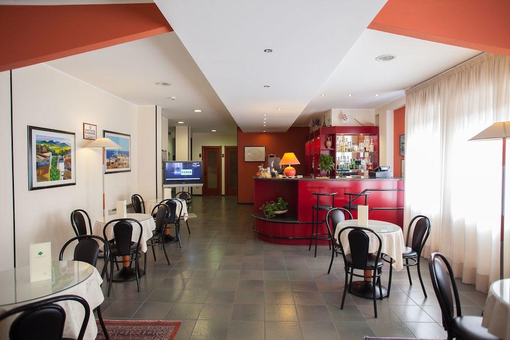 호텔 쿠아드리포글리오(Hotel Quadrifoglio) Hotel Image 25 - Hotel Bar