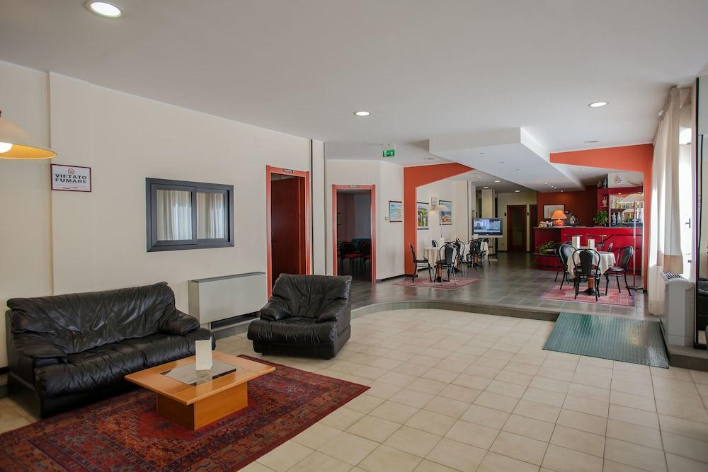 호텔 쿠아드리포글리오(Hotel Quadrifoglio) Hotel Image 6 - Lobby Sitting Area
