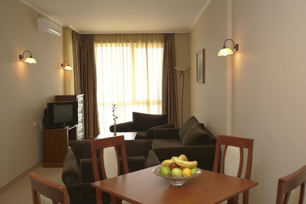 호텔 페스타 포모리에 리조트(Hotel Festa Pomorie Resort) Hotel Image 9 - Living Area