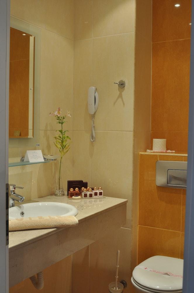 호텔 페스타 포모리에 리조트(Hotel Festa Pomorie Resort) Hotel Image 21 - Bathroom Shower