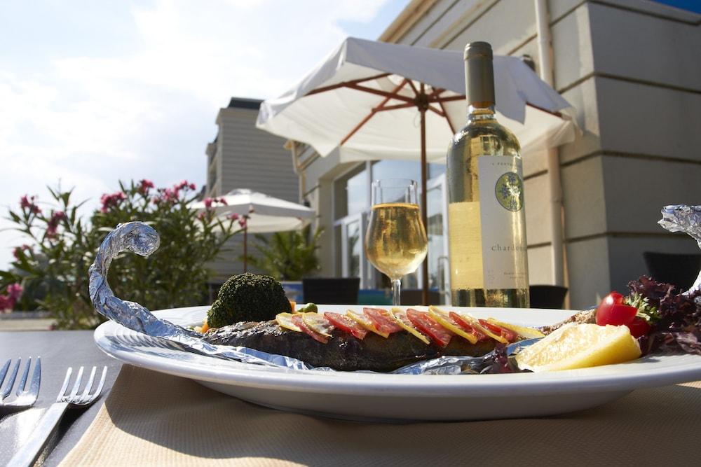 호텔 페스타 포모리에 리조트(Hotel Festa Pomorie Resort) Hotel Image 35 - Outdoor Dining
