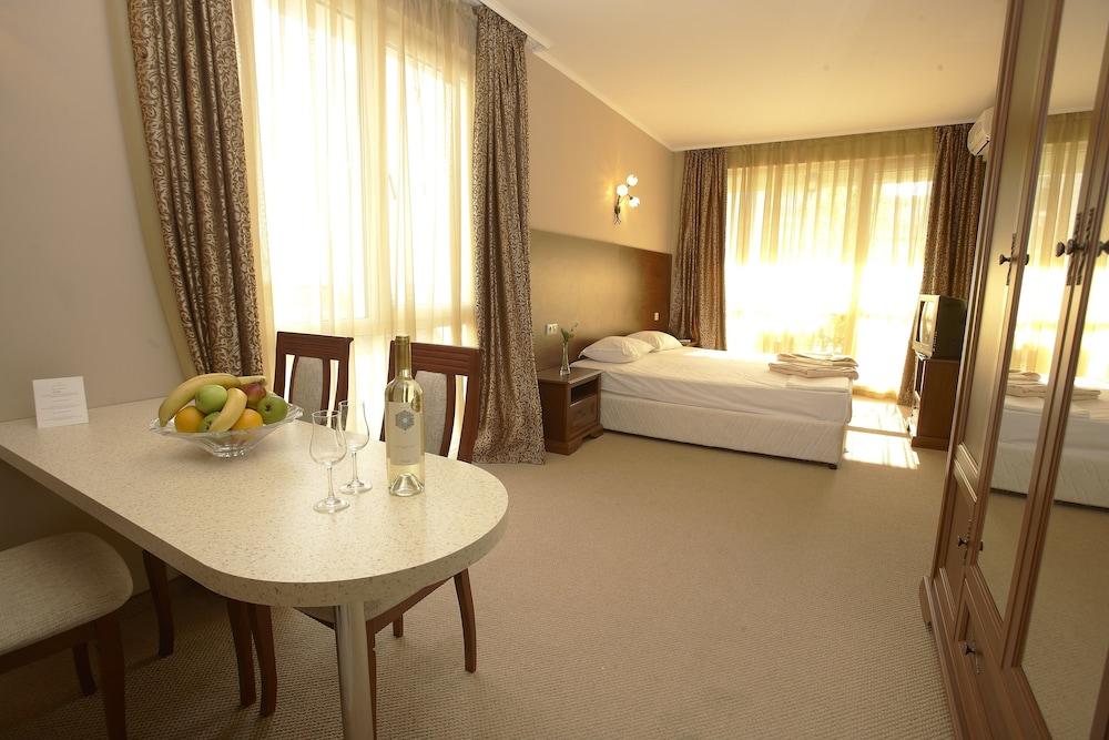 호텔 페스타 포모리에 리조트(Hotel Festa Pomorie Resort) Hotel Image 10 - Living Area