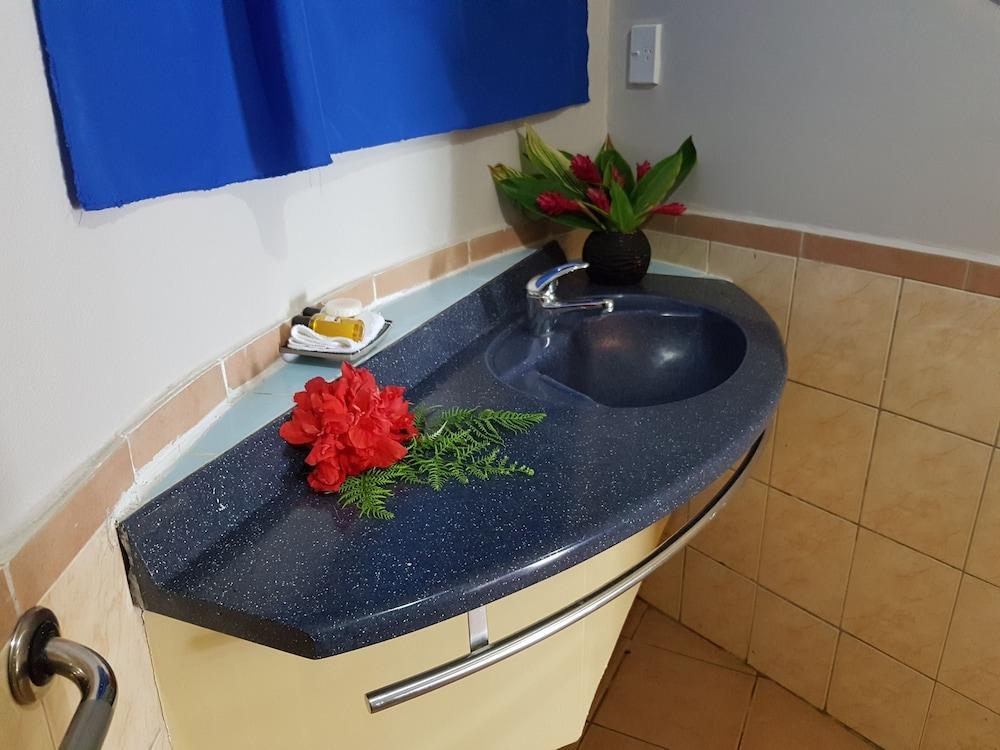 https://i.travelapi.com/hotels/5000000/4430000/4424200/4424163/59097718_z.jpg