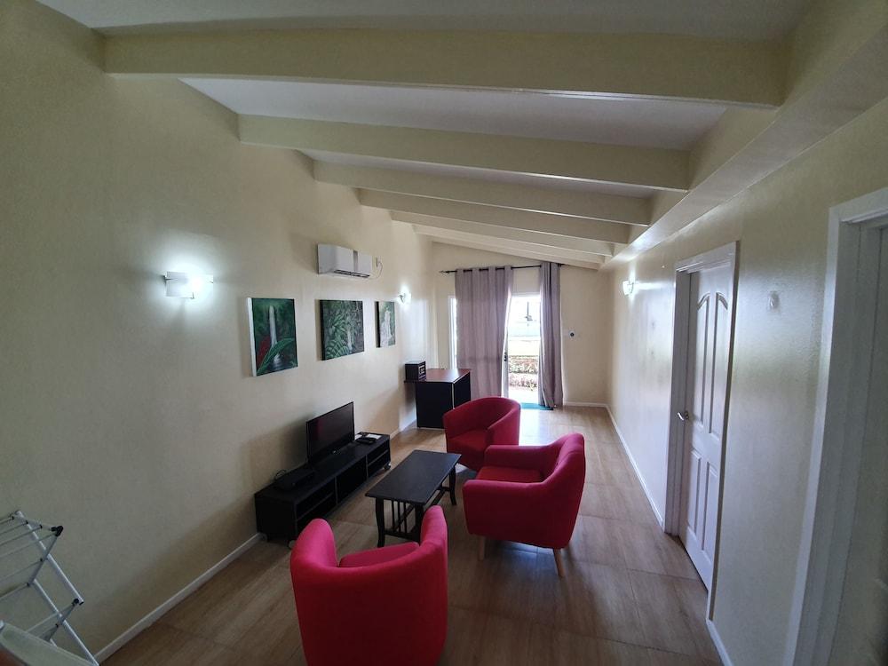 https://i.travelapi.com/hotels/5000000/4430000/4424200/4424163/74ae8e12_z.jpg