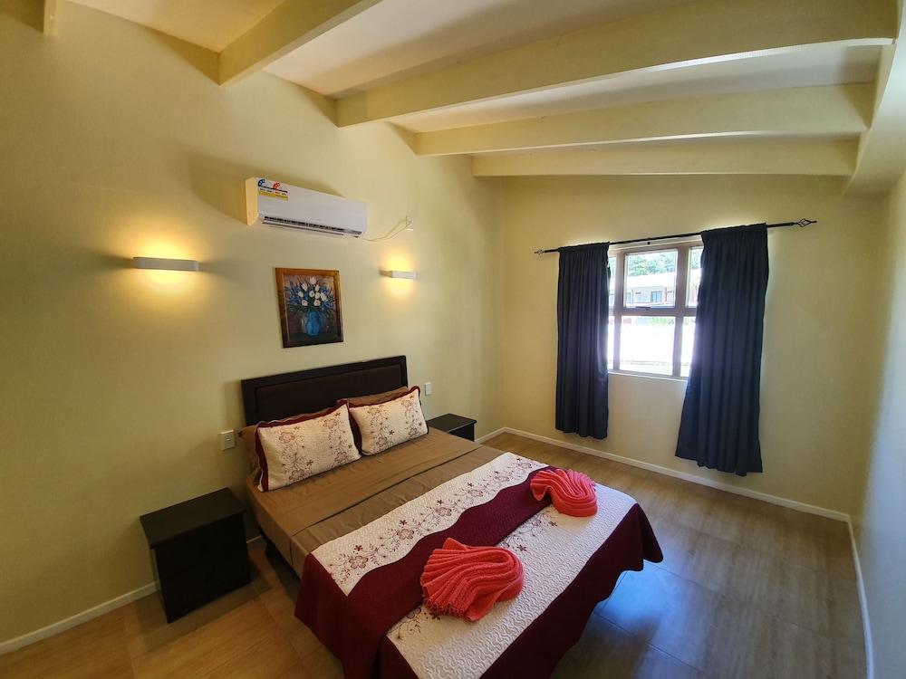 https://i.travelapi.com/hotels/5000000/4430000/4424200/4424163/d45108a6_z.jpg