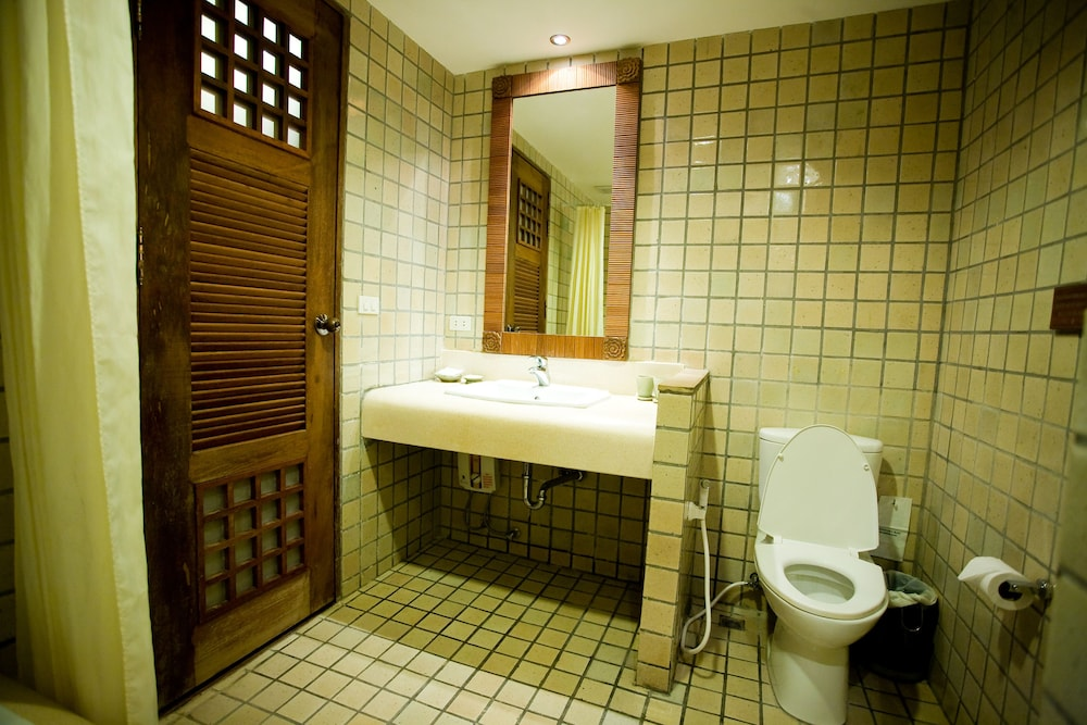 몬티엔 하우스 차웽 비치 리조트(Montien House Chewang Beach Resort) Hotel Image 35 - Bathroom