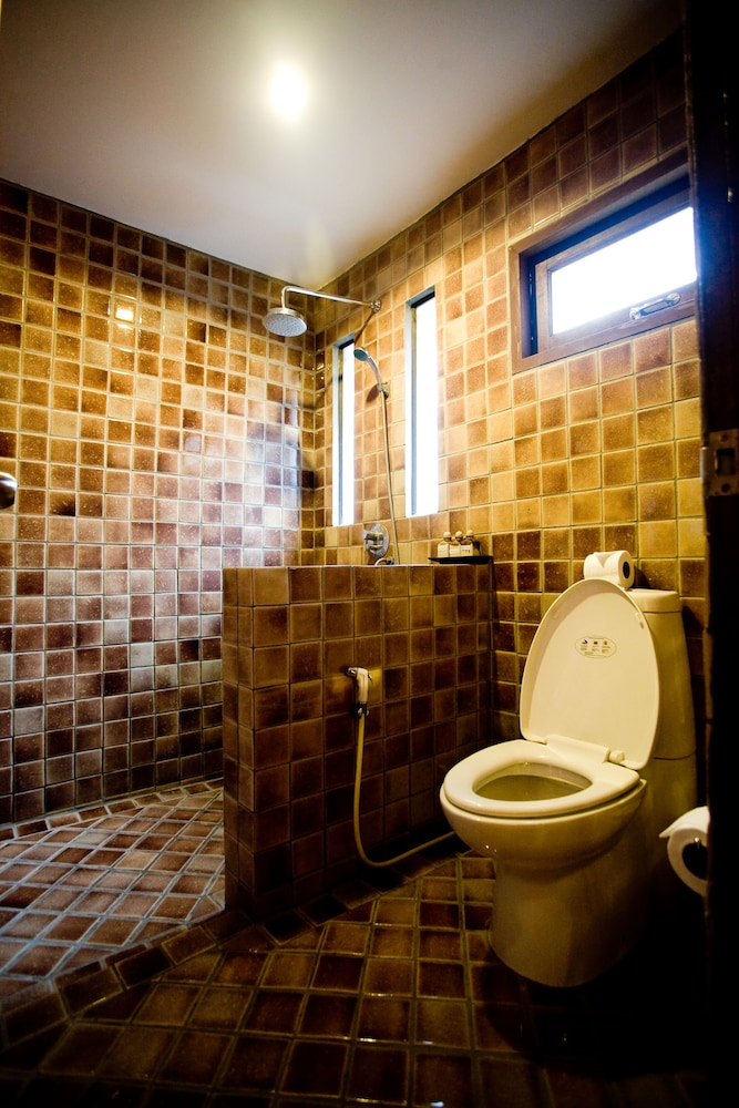 몬티엔 하우스 차웽 비치 리조트(Montien House Chewang Beach Resort) Hotel Image 30 - Bathroom