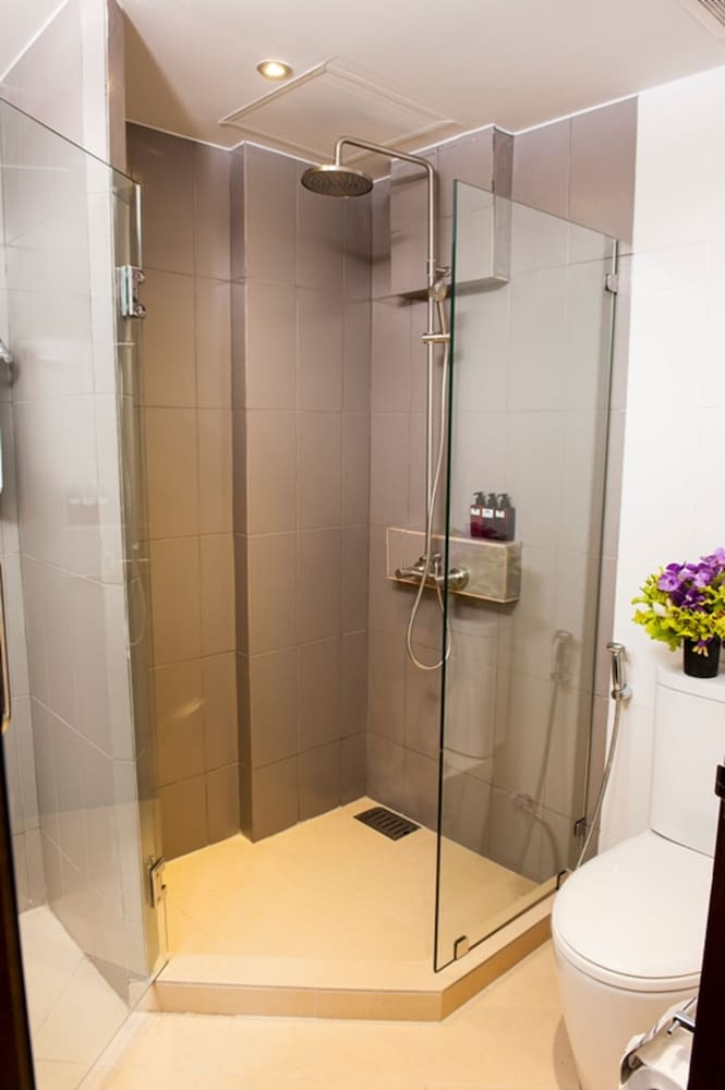 몬티엔 하우스 차웽 비치 리조트(Montien House Chewang Beach Resort) Hotel Image 41 - Bathroom Shower