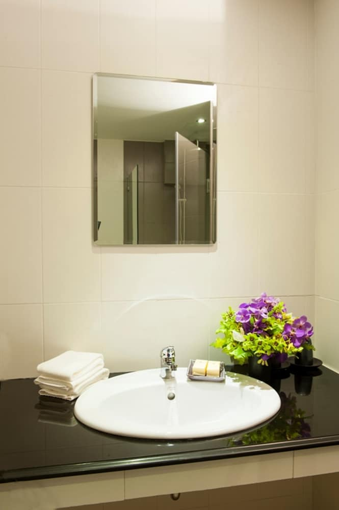 몬티엔 하우스 차웽 비치 리조트(Montien House Chewang Beach Resort) Hotel Image 39 - Bathroom Sink