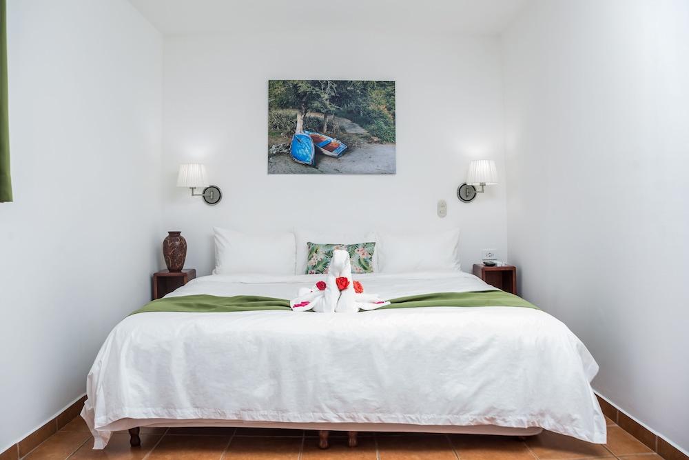 https://i.travelapi.com/hotels/5000000/4440000/4434200/4434186/1349c5cd_z.jpg