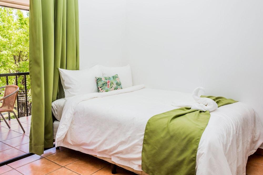 https://i.travelapi.com/hotels/5000000/4440000/4434200/4434186/235ad0f1_z.jpg