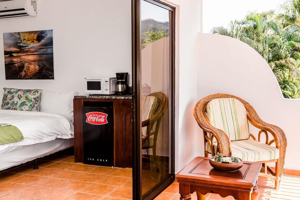 https://i.travelapi.com/hotels/5000000/4440000/4434200/4434186/598b8df4_z.jpg