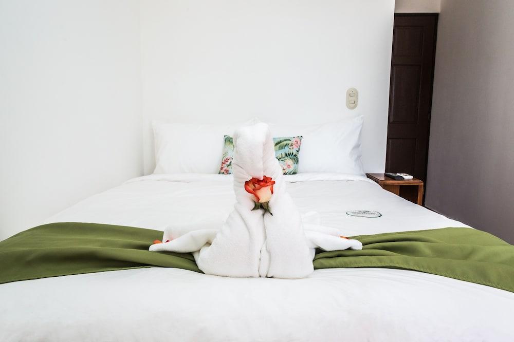 https://i.travelapi.com/hotels/5000000/4440000/4434200/4434186/eb12a240_z.jpg