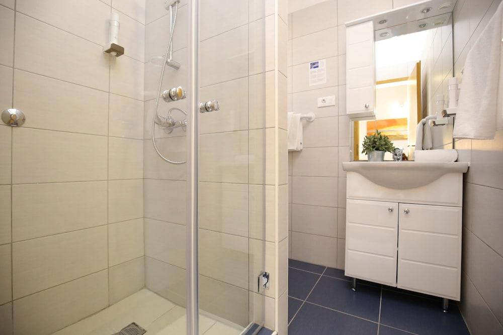 호텔 델핀(Hotel Delfin) Hotel Image 44 - Bathroom