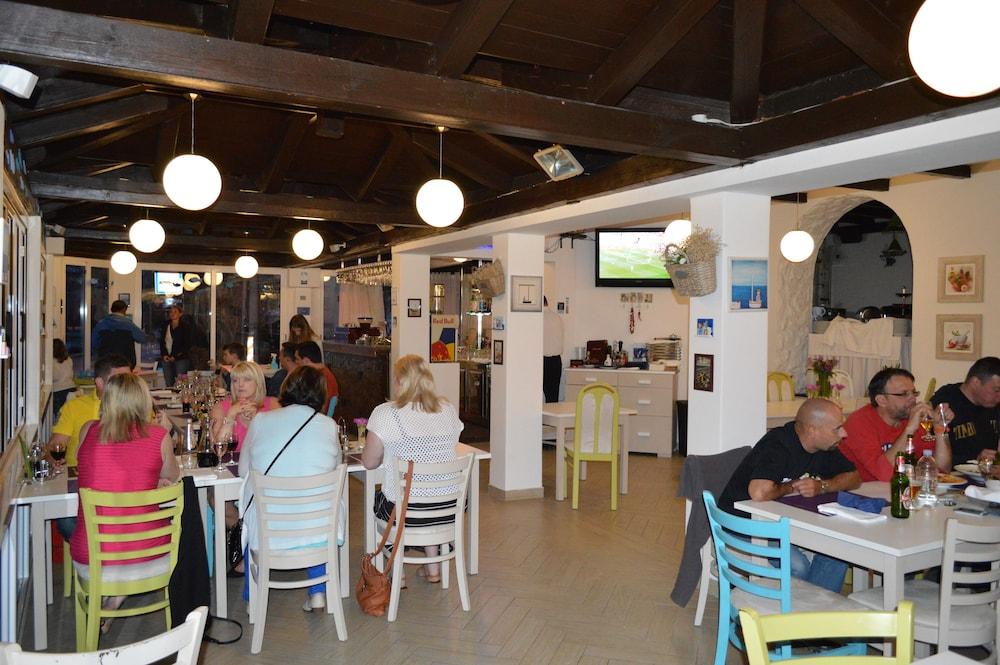 호텔 델핀(Hotel Delfin) Hotel Image 82 - Restaurant