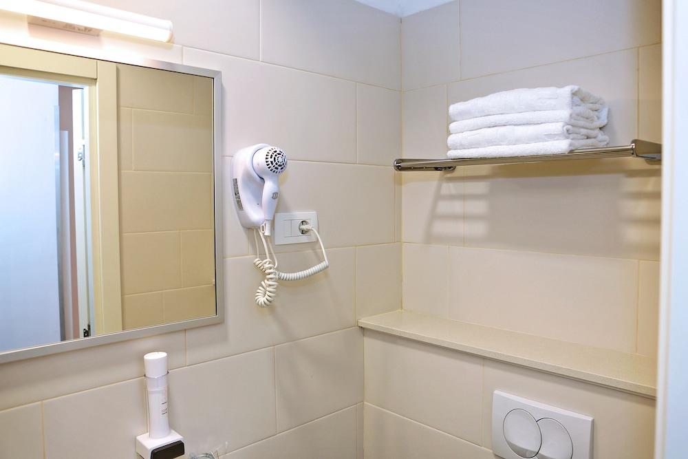 호텔 델핀(Hotel Delfin) Hotel Image 46 - Bathroom