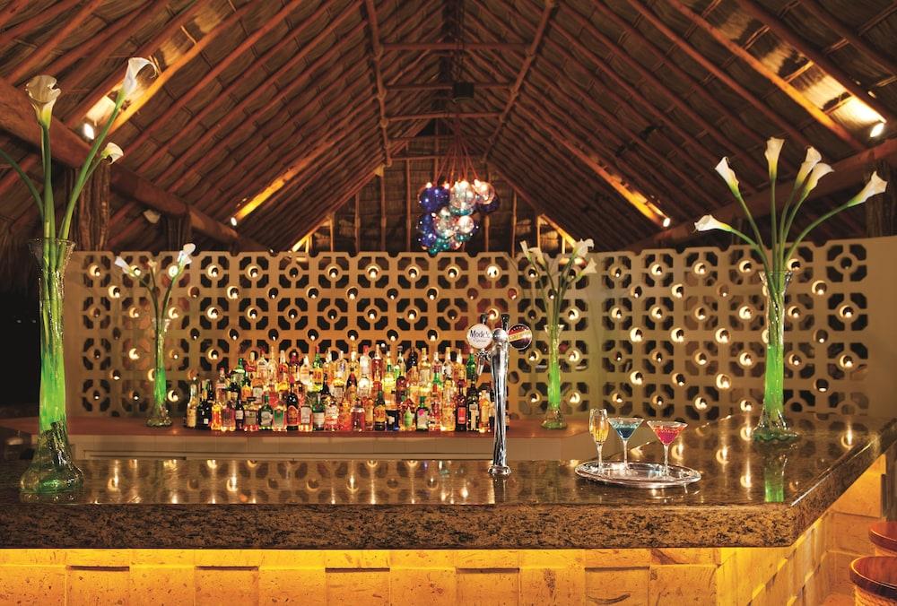 선스케이프 도라도 파시피코 익스타파 리조트 앤드 스파 올 인클루시브(Sunscape Dorado Pacifico Ixtapa Resort & Spa All Inclusive) Hotel Image 40 - Hotel Bar