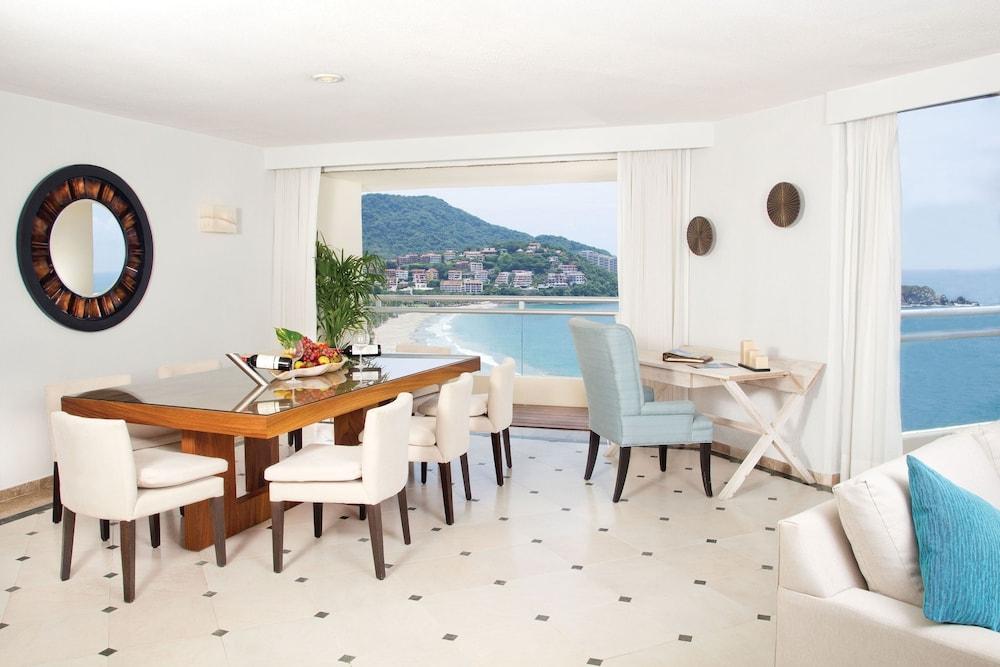 선스케이프 도라도 파시피코 익스타파 리조트 앤드 스파 올 인클루시브(Sunscape Dorado Pacifico Ixtapa Resort & Spa All Inclusive) Hotel Image 9 - Living Area