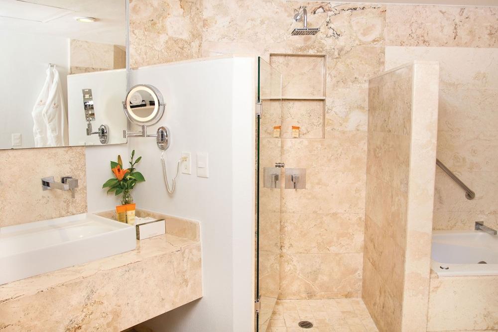 선스케이프 도라도 파시피코 익스타파 리조트 앤드 스파 올 인클루시브(Sunscape Dorado Pacifico Ixtapa Resort & Spa All Inclusive) Hotel Image 12 - Bathroom