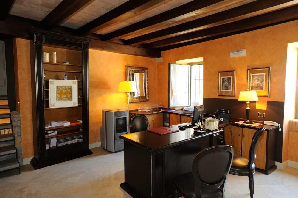 를레 콜롬바라 스파 & 웰니스(Relais Colombara Spa & Wellness) Hotel Image 3 - Concierge Desk