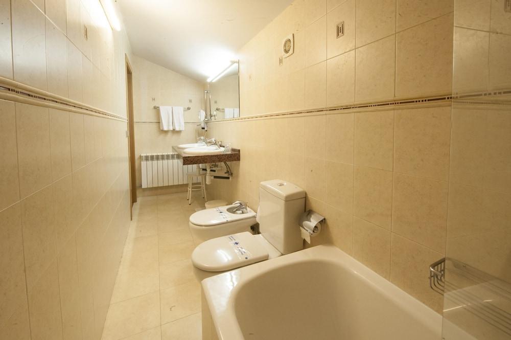아파르타멘츠 산트 모리츠(Apartaments Sant Moritz) Hotel Image 25 - Bathroom
