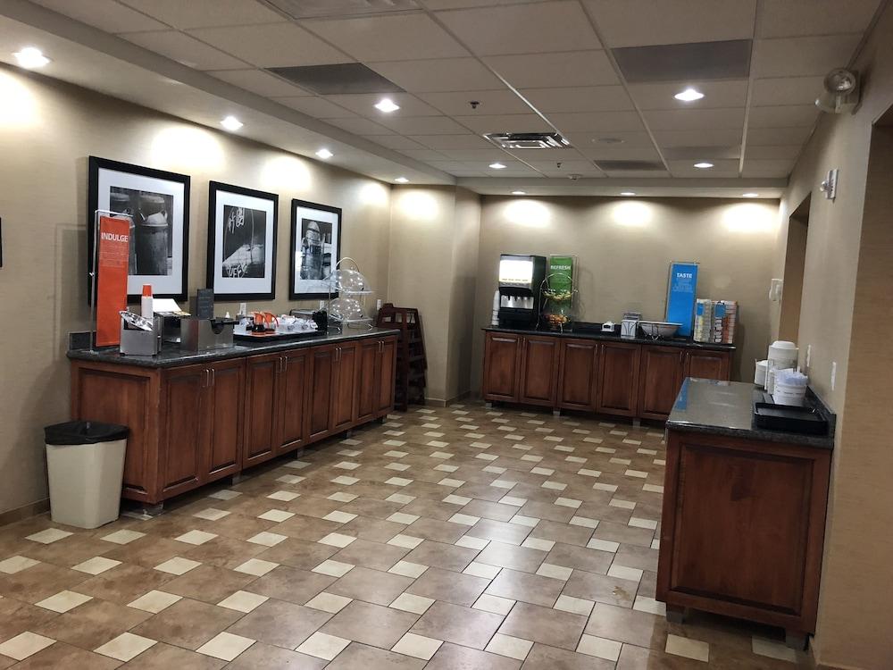 햄프턴 인 시드니 NE(Hampton Inn Sidney NE) Hotel Image 52 - Breakfast buffet