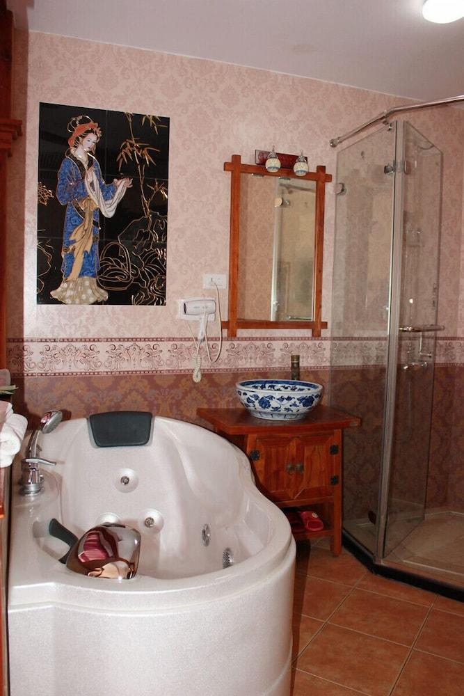 밤부 하우스 리조트(Bamboo House Resort) Hotel Image 12 - Deep Soaking Bathtub