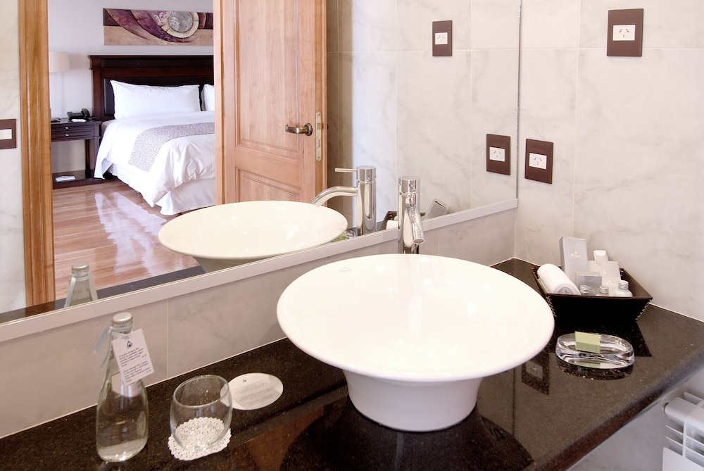 알마 델 라고 스위트 & 스파(Alma del Lago Suites & Spa) Hotel Image 16 - Bathroom Sink