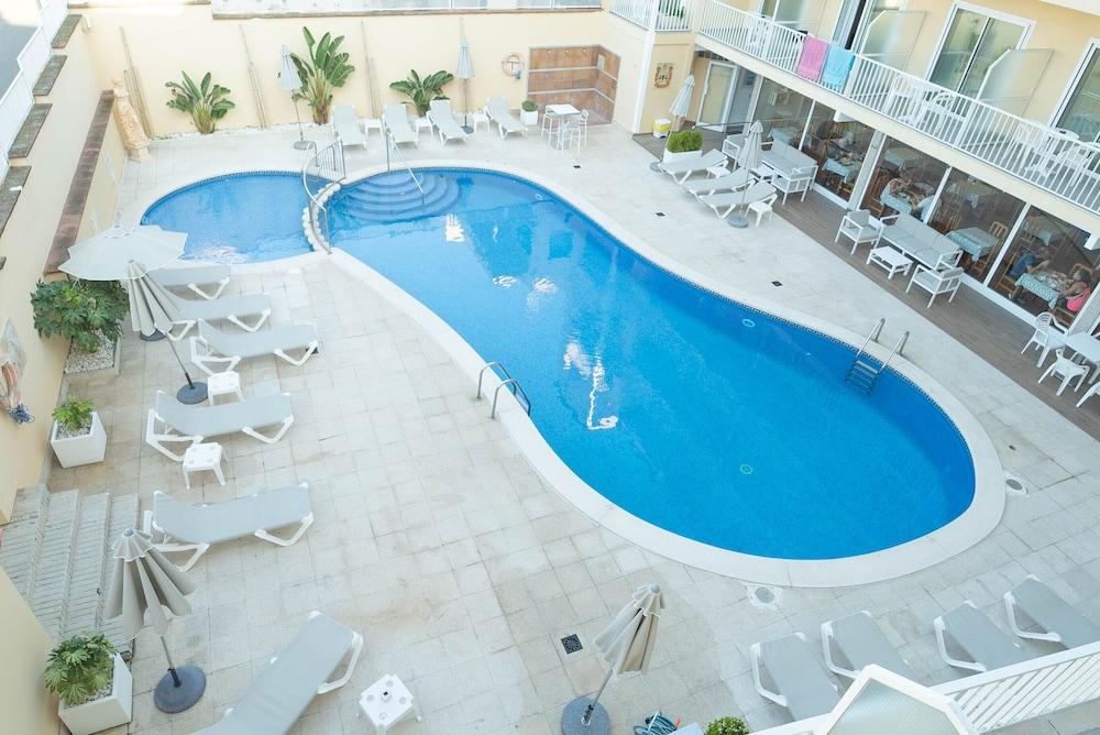 https://i.travelapi.com/hotels/5000000/4450000/4447700/4447687/3d78ed5c_z.jpg