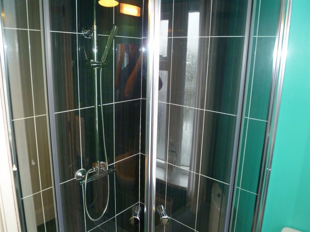 그린로 게스트 하우스(Greenlaw Guest House) Hotel Thumbnail Image 37 - Bathroom Shower
