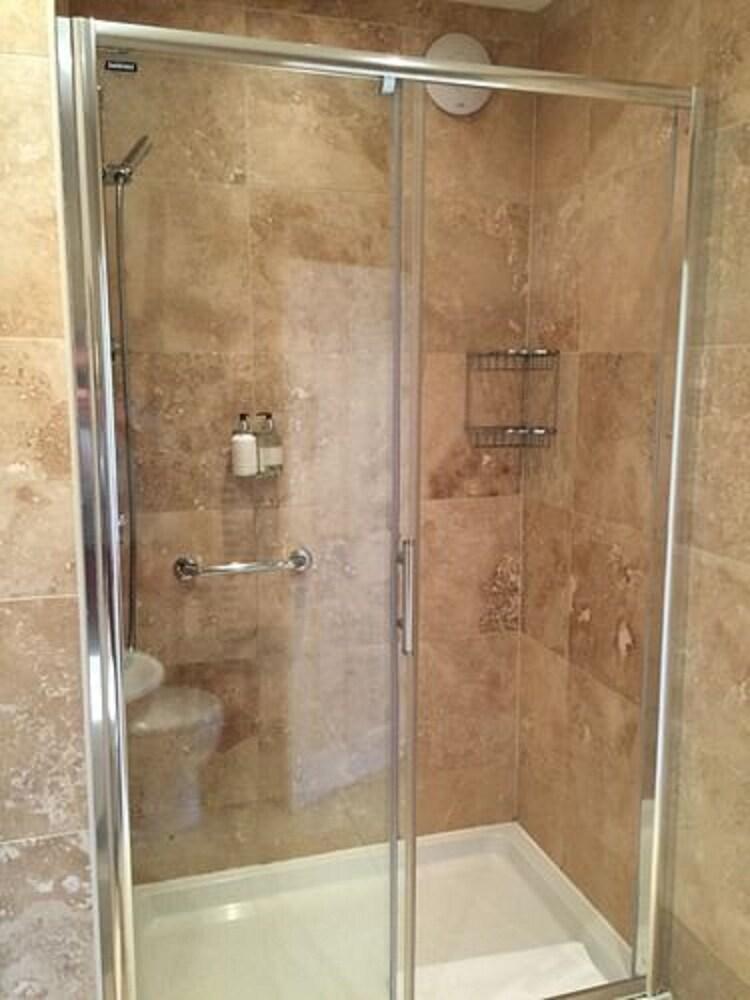 더 라이벡 컨트리 하우스 & 레스토랑(The Ryebeck Country House & Restaurant) Hotel Image 30 - Bathroom