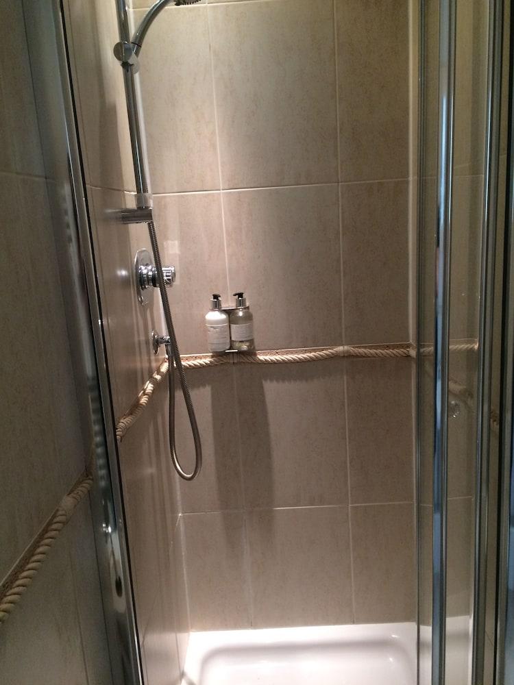 더 라이벡 컨트리 하우스 & 레스토랑(The Ryebeck Country House & Restaurant) Hotel Image 33 - Bathroom Shower