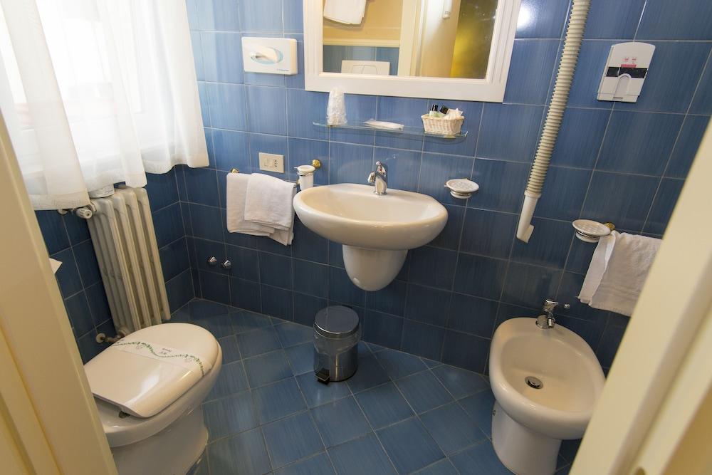 호텔 젠나리노(Hotel Gennarino) Hotel Image 53 - Bathroom