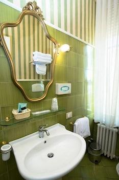 호텔 젠나리노(Hotel Gennarino) Hotel Image 54 - Bathroom Sink